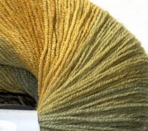 Teil-Nahaufnahme des einzelnen Wollknäuels für die filigrane und gleichmäßige Verarbeitung der extrafeinen Merino-Schurwolle und den Farbverlauf